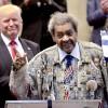 Промоутер Дон Кинг раздает Рождественскую индейку