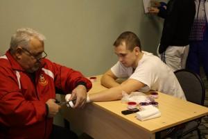 Ашот Иванович тейпирует руки