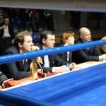 Судейская коллегия наблюдает за финальным титульным боем