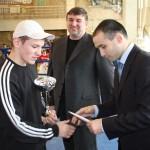 Чемпион мира Тимур Гайдалов наградил лучшего боксера турнира Ильдара Алимова
