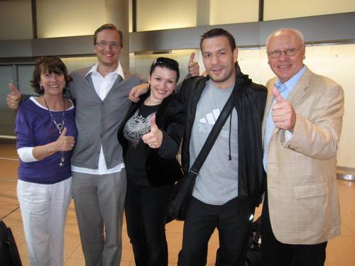 Flughafen Fuhlsbüttel: Ute Kohl, Dietmar Poszwa, Victoria Chagaev, Ruslan Chagaev, Klaus-Peter Kohl. www.boxing.de