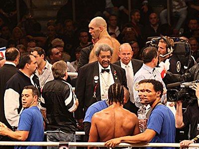 Еще до объявления результата Дон Кинг и Вильфрид Зауэрланд (в центре ринга) обратились от Валуева к Хэю