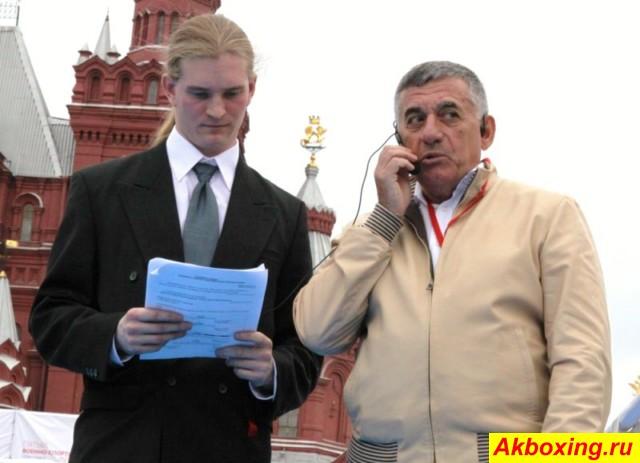 Евгений Ефремович Вайнштейн (справа) на боях на Красной площади