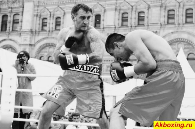 Тимур Нергадзе в бою на Красной площади против Шерзода Хусанова