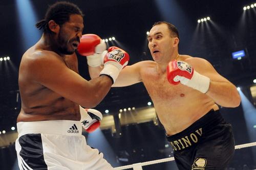 Александр Устинов выигрывает нокаутом на первой минуте (1)