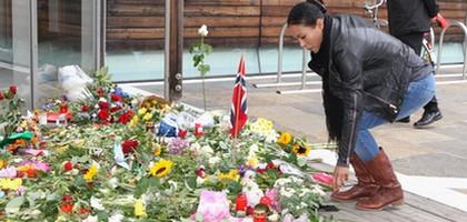 """""""Первая леди"""" отдаёт дань памяти жертвам терактов в Норвегии (1)"""