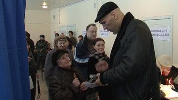 Николай Валуев проголосовал и раздал автографы (1)