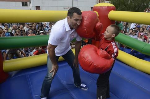 Чемпионы Мира по боксу помогают детям (2)