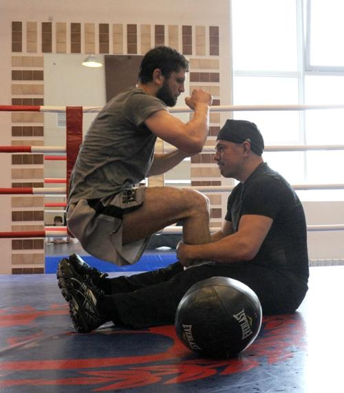 Костя Цзю тренирует боксера Хабиба Аллахвердиева (1)