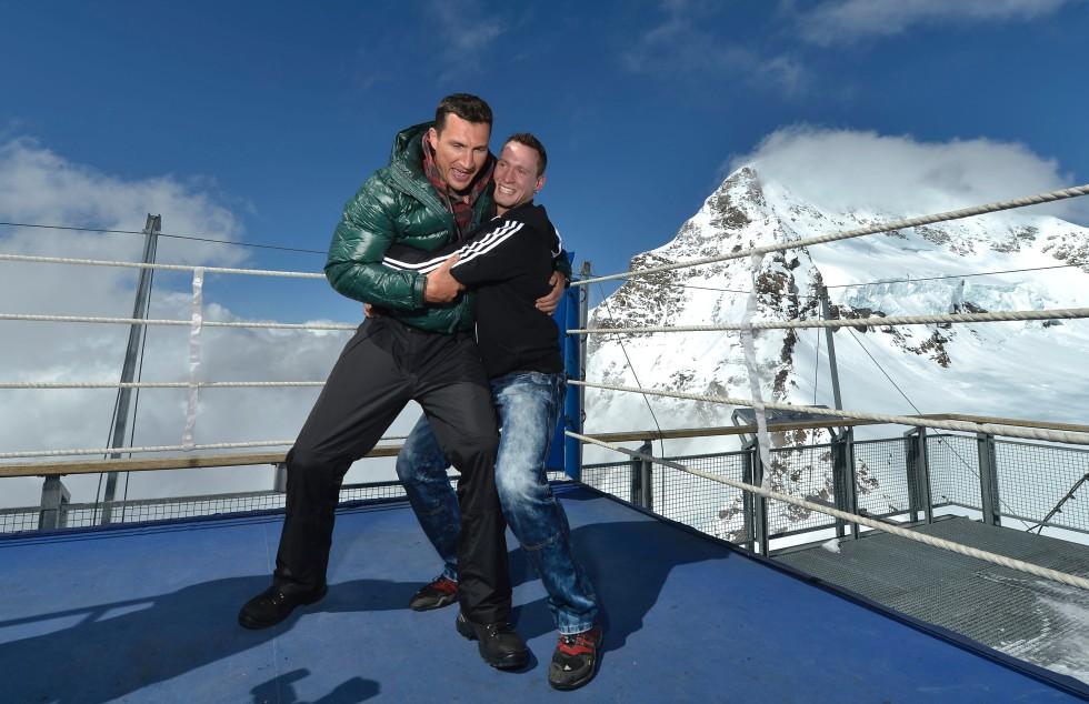 Владимир Кличко сразился с борцом в швейцарских Альпах (1)