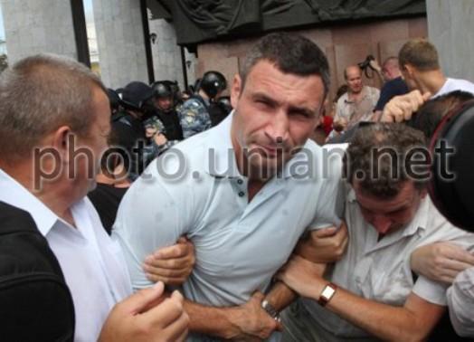 Кличко пострадал от рук спецназа на митинге против русского языка  (1)