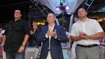Владимир Путин и Стивен Сигал на финале чемпионата России ММА (1)