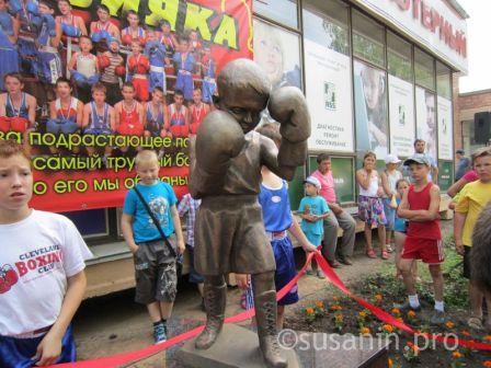 В Ижевске открыли первый в России памятник юному боксеру (1)