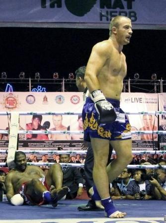 Риддик Боу проиграл нокаутом бой по правилам тайского бокса (видео) (2)