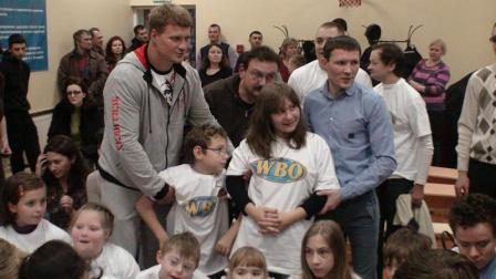 Поветкин, Бахтин и Александров вручили подарки от WBO детям (видео) (5)