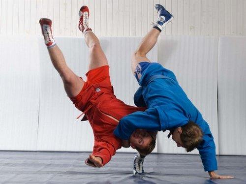 Чемпион УрФО по самбо защитил кассиршу от дебошира одним ударом (видео) (1)