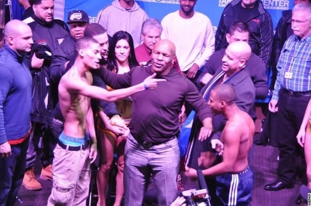 Майк Тайсон остановил драку боксеров! (видео) (3)
