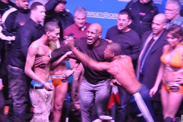 Майк Тайсон остановил драку боксеров! (видео) (4)