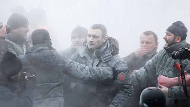 Виталий Кличко в Киеве был облит струей из огнетушителя (видео) (1)