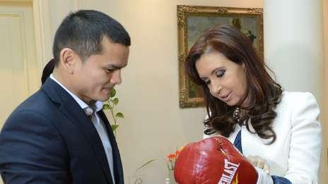 Маркос Майдана вручил боксерские перчатки президенту Аргентины (1)