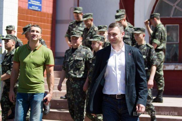 Братья Кличко отправляют солдат Нацгвардии на войну (1)