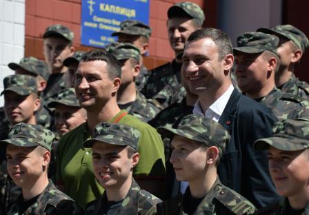 Братья Кличко закупили аптечки для солдат украинской армии (1)