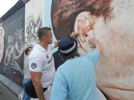 Супертяжеловес Евгений Орлов помог отмыть Берлинскую стену (1)