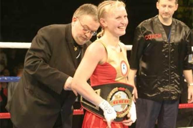 Алина Шатерникова жертвует чемпионский пояс для нужд украинской армии (1)