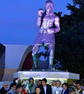 В Мексике открыта статуя Хулио Сезара Чавеса (2)