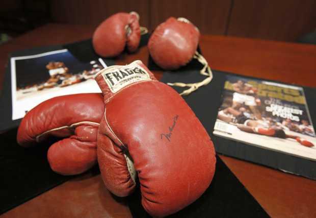 Перчатки Мохаммеда Али и Сонни Листона проданы за 956.000 долларов (1)