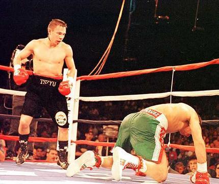 Бокс в этот день: Костя Цзю - Хулио Сезар Чавес (2)