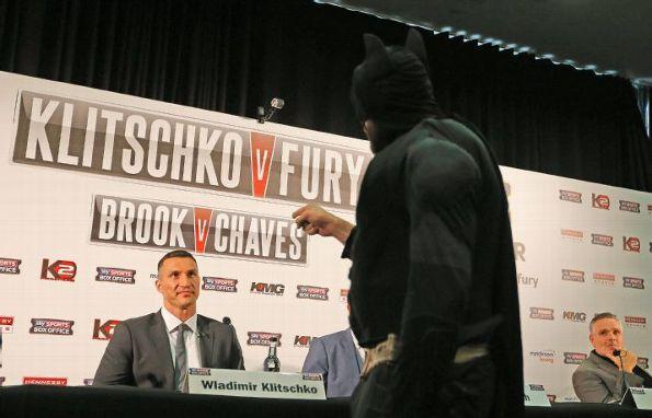 Тайсон Фьюри превратился в Бэтмена на пресс-конфереции с Владимиром Кличко (2)