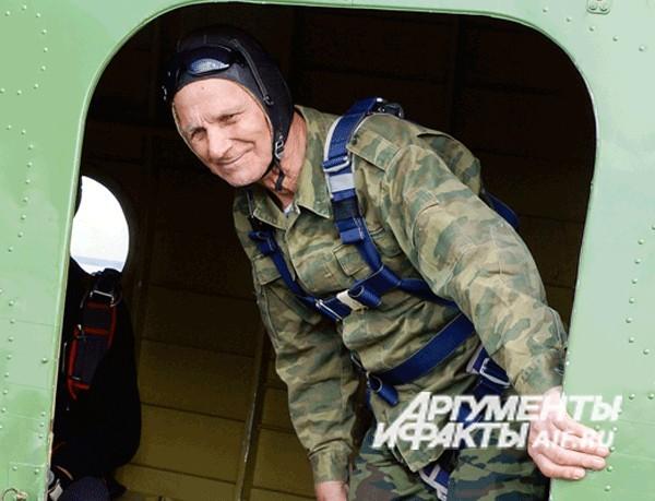 Ко Дню Победы, 91-летний ветеран ВОВ совершил прыжок с парашютом (1)