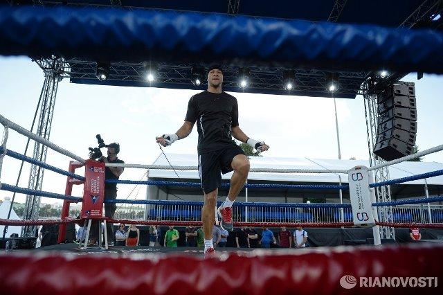 Сергей Ковалев и Айзек Чилемба встретились на открытой тренировке (3)