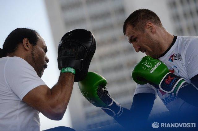 Сергей Ковалев и Айзек Чилемба встретились на открытой тренировке (7)