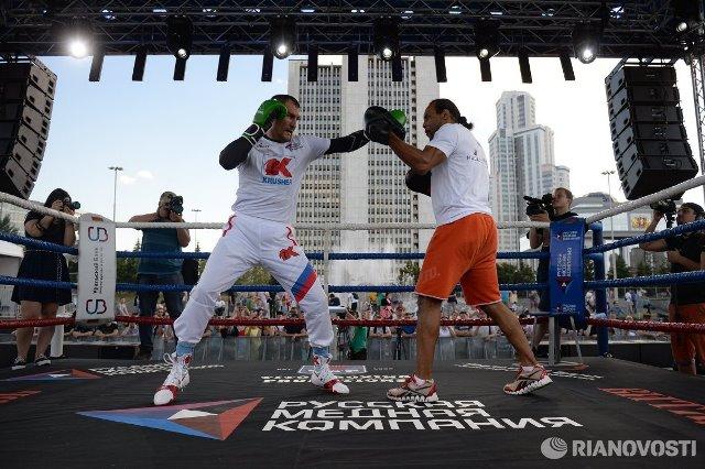 Сергей Ковалев и Айзек Чилемба встретились на открытой тренировке (6)