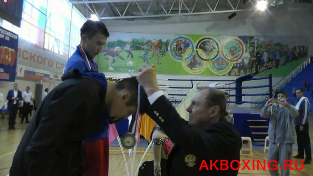 Николай Хромов награждает