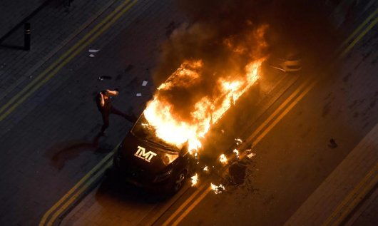 В Англии сожгли машину Флойда Мэйвезера  (1)