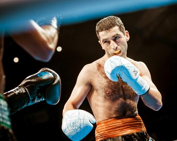 Михаил Алоян одержал победу  собственный  дебютный бой впрофессиональном боксе, победив Кардосу